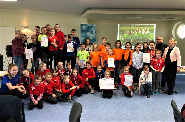 Alle Teilnehmer an der Siegerehrung im Intersport –Nachwuchslaufcup 2019 in Laage